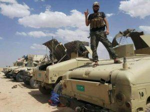Milisi ISIS dengan kendaraan Humvee buatan Amerika yang mereka kuasai dari tentara Irak.