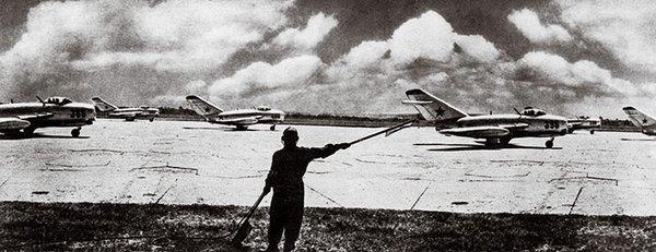 MiG-15 bersiap lepas landas saat Perang Korea