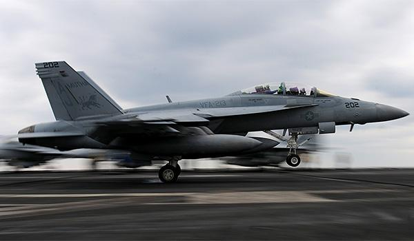 An F/A-18F Super Hornet with VFA-213 lands on the flight deck of George H.W. Bush. (Photo: Petty Officer Third Class Kevin J. Steinberg)