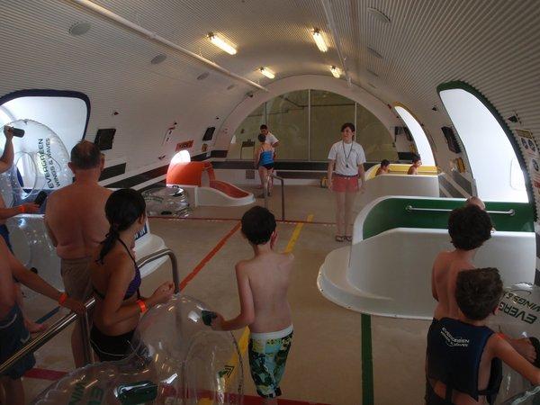 Di  Evergreen Wings & Waves Waterpark McMinnville, Oregon, sebuah 747 bekas dijadikan bagian dari kolam renang.
