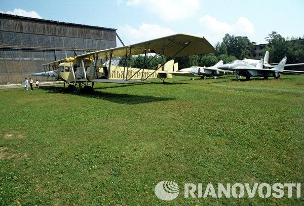 Ilya Muromets (kiri), pembom berat empat mesin yang dirancang oleh perintis penerbangan perintis Soviet Igor Sikorsky berada di depan sebuah jet tempur baru yang diletakkan di Musem Angkatan Bersenjata di Monino Airfield di luar Moskow.