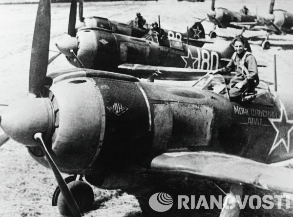 Pesawat tempur LA-5 dari skuadron Mongol Arat dibangun dengan uang yang dikumpulkan dari petani Mongol petani. Mereka mempersiapkan diri untuk serangan mendadak selama Perang Dunia II.