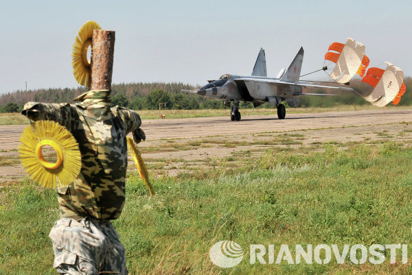 Sebuah Mig-25 RB mendarat di pangkalan udara militer Baltimor di Voronezh Region