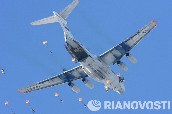 Penerjun payung melompat dari IL-76 air-lifter (pelaporan NATO: Candid) dalam latihan Resimen Airborne 137 di dekat Vyazma di Rusia Tengah.