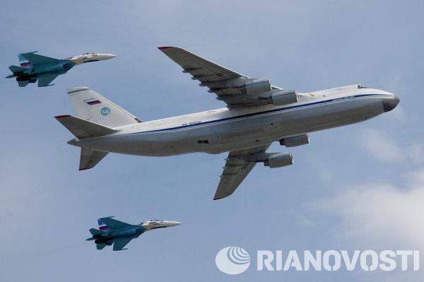 Pesawat strategic airlifter terbesar di dunia, Antonov An-124 Condor, dikawal dua Sukhoi Su-27 Flanker