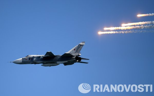 Sebuah jet Su-24 terbang dalam peringatan Russian Navy Day di Sevastopol.