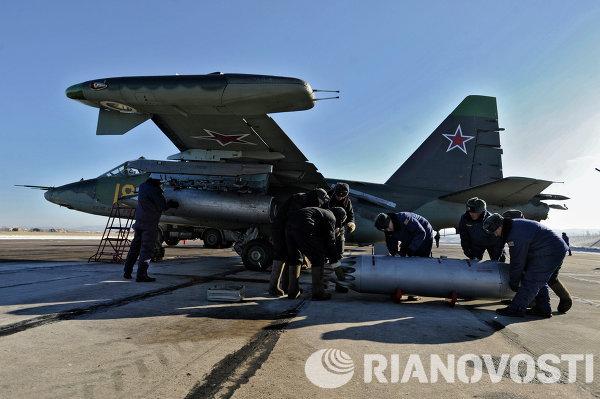 Teknisi menginstal senjata di sebuah jet tempur Su-25 di Pangkalan Udara  Russia ke 412