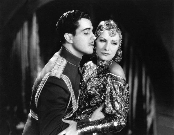"""Atas: Aktris legendaris Greta Garbo membintangi """"Mata Hari"""" (1931), disutradarai oleh George Fitzmaurice."""