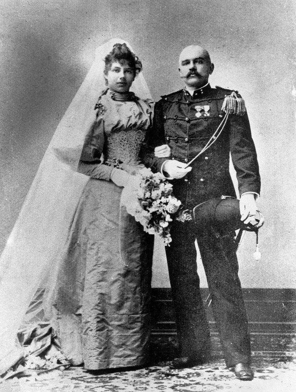 Mata Hari dan Kapten Rudolf MacLeod pada hari pernikahan mereka.