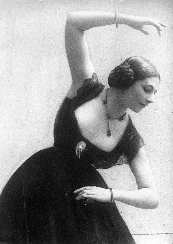 Mata Hari menari di Paris pada 28 Juni 1913