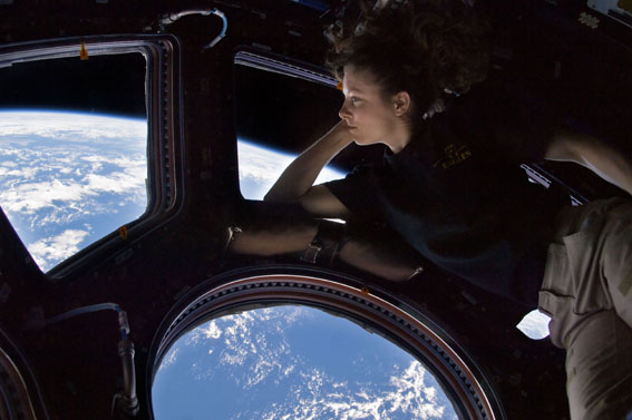 Tracy Caldwell Dyson di Cupola ISS
