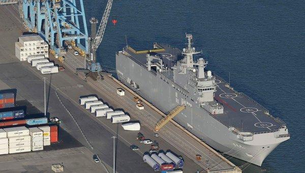 Foto  udara menunjukkan kapal pengangkut helikopter kelas Mistral Vladivostok di STX Les Chantiers de l'Atlantique situs galangan kapal di pelabuhan Montoir-de-Bretagne dekat Saint Nazaire, Prancis barat, 22 September 2014.