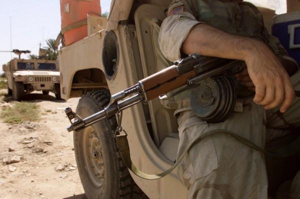Tentara Amerika menyandang senapan serbu AK-47