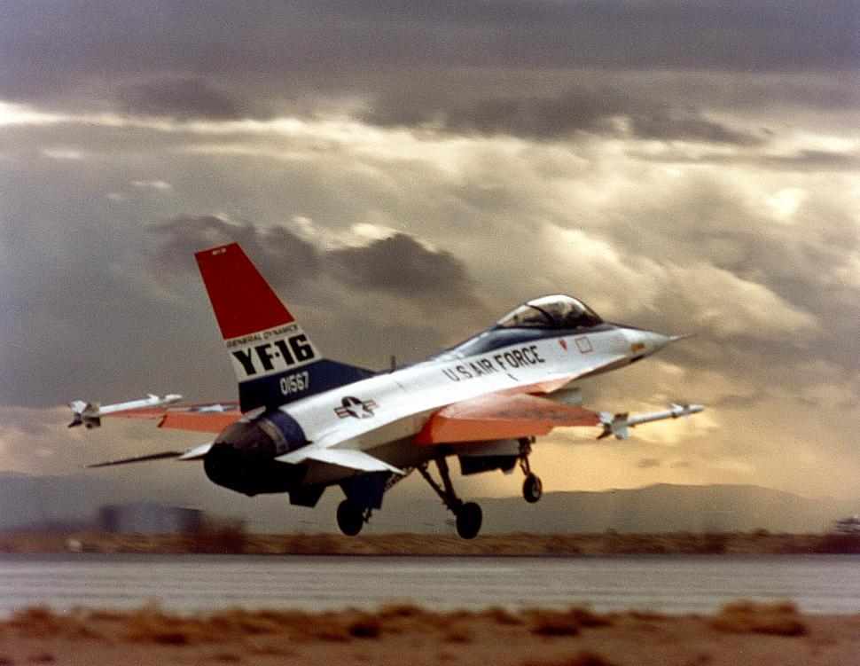 YF-16 Prototype Diluncurkan di Fort Worth, Texas pada tanggal 13 Desember 1973. Penerbangan pertama pada tanggal 20 Januari 1974 yang merupakan penerbangan pertama dari F-16. Pesawat telah dipindahkan di C-5 galaksi 12 hari sebelumnya pada 8 Januari 1974 dan dirakit untuk penerbangan pertama. Penerbangan pertama seharusnya belum terjadi, tapi ketika uji taksi kecepatan pesawat terlalu tinggi hingga satu-satunya pilihan pilot adalah melanjutkan dan lepas landas. Pada tahap pertama menukik ke kanan menghantam landasan pacu beberapa kali hingga mengalami sejumlah kerusakan