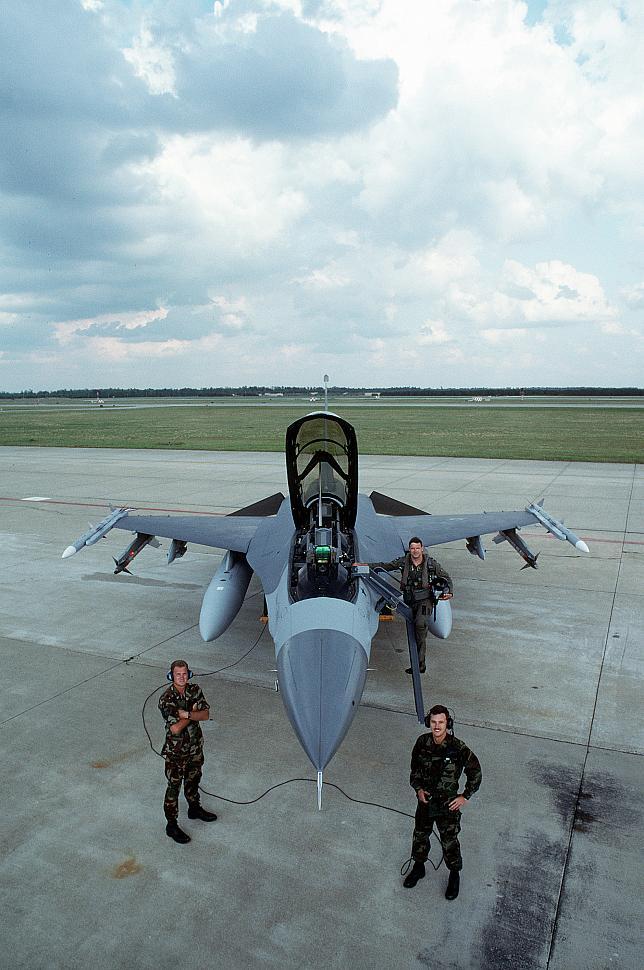 Pembunuh MiG-25 Ini adalah satu-satunya F-16 yang menembak jatuh sebuah MiG-25 pada tanggal 27 Desember 1992. Pada saat menembak jatuh pesawat adalah bagian dari FS-19 namun dipinjamkan ke FS-33.