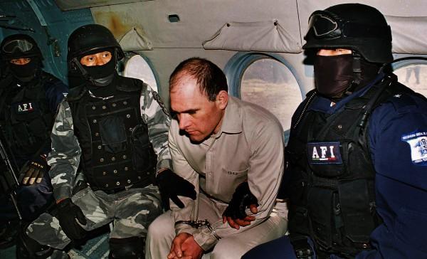 Pemimpin kartel Teluk Osiel Cardenas, saat , dipindahkan selama ekstradisinya ke Amerika Serikat dari Meksiko, 20 Januari, 2007.