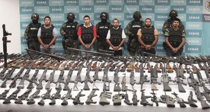 Sejumlah anggota Zetas dan ribuan senjata yang disita