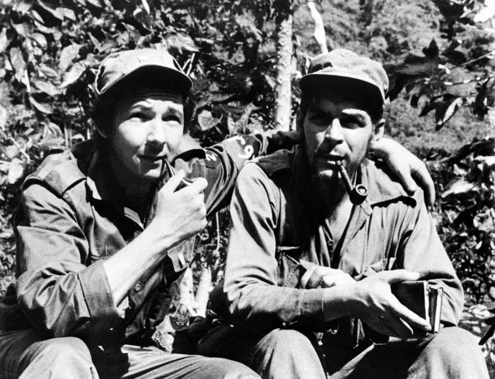 Raul Castro dan Che Guevara selama revolusi Kuba pada Juni, 26, 1958.