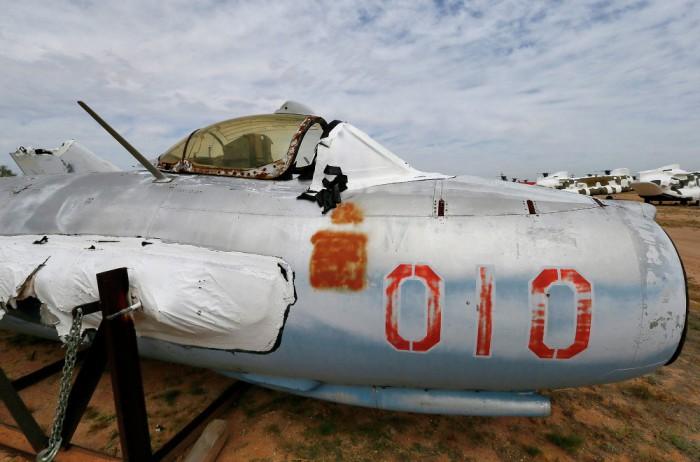 Sebuah Lim Polandia, salinan lisensi MiG-17 Soviet, disimpan di tempat ini