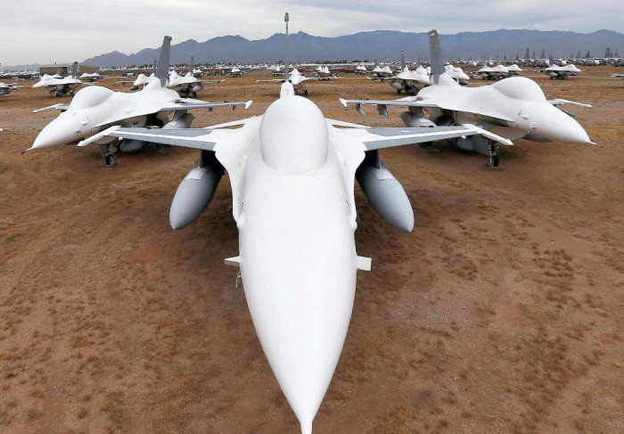 F-16 Fighting Falcon di Aerospace Maintenance and Regeneration Group on Davis-Monthan Air Force Base.