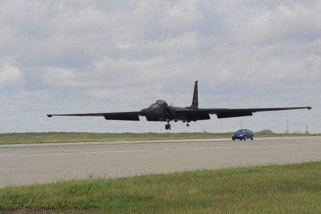 "Sebuah Lockheed-Martin U-2S ""Dragon Lady"" pesawat pengintai bersiap untuk mendarat di Beale AFB, California. (AS Photo Angkatan Udara)"