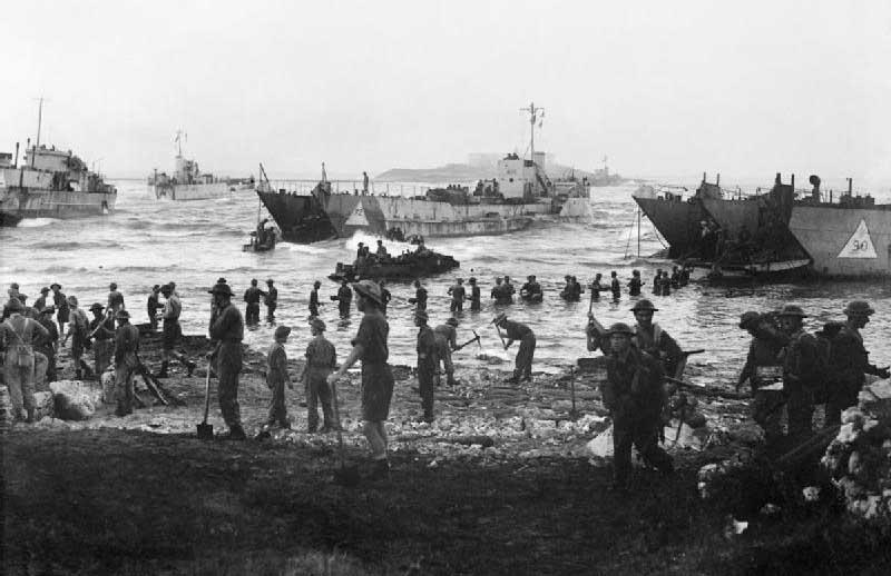 Pasukan dan peralatan datang ke darat pada hari pertama invasi Sisilia.