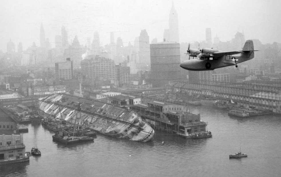Normandie di New York Harbour setelah rusak