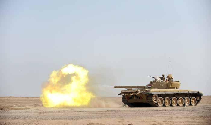 Sebuah T-72M Irak menembakkan meriam utama selama latihan pada tahun 2008