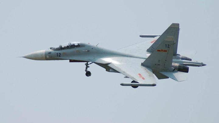 Su-30MKK dari Angkatan Udara China dengan pod jamming SAP-518. Perhatikan stabilizer vertikal yang memiliki tepi atas horizontal dan berkurangnya canards.