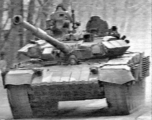 Prototip kelima dan keenam Objek 187. Bentuk lambung dan meriam yang jelas berbeda dengan standar T-72B dan T-90.