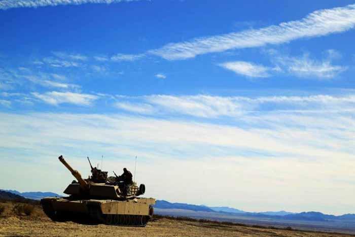 Dan Abrams menggunakan meriam 120mm