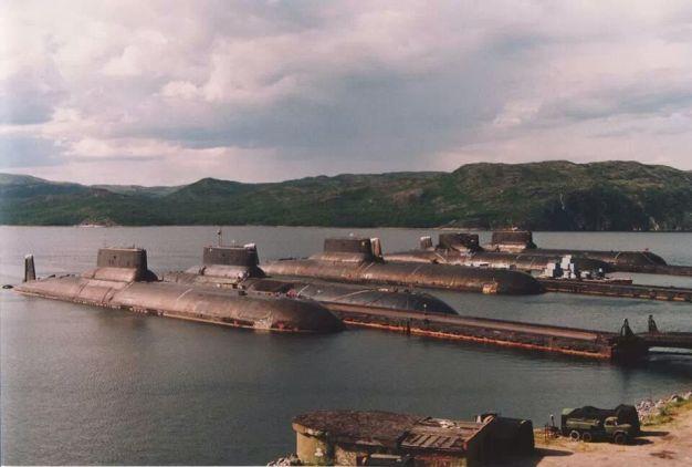 5 kapal selam terbesar di dunia kelas Typhoon di dermaga