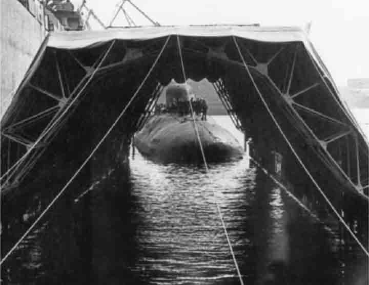 Victor menggunakan dermaga transportasi untuk pindah ke Severodvinsk.