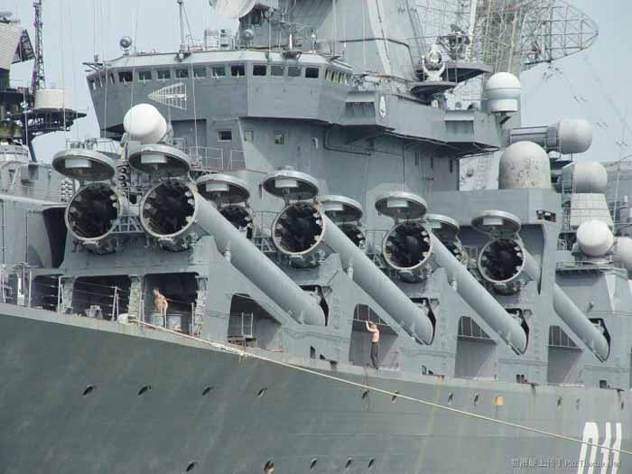 Varyag dengan penutup silo P-1000 terlihat dalam posisi terbuka. Kita bisa melihat seberapa besar rudal dibandingkan dengan para pelaut yang berdiri di bawah mereka.