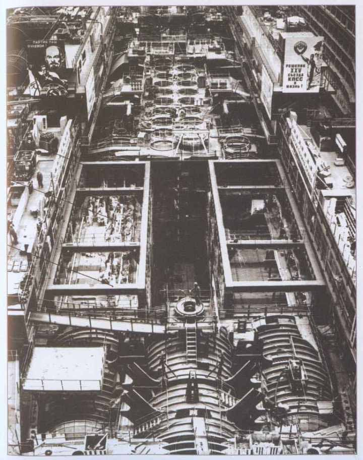 Gambar ini menunjukkan susunan dua lambung paralel, lambung yang memiliki torpedo tabung dan silo rudal.