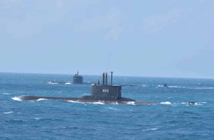 KRI Nanggala (402) selama Passing Exercise dengan USS Oklahoma City (SSN 723)