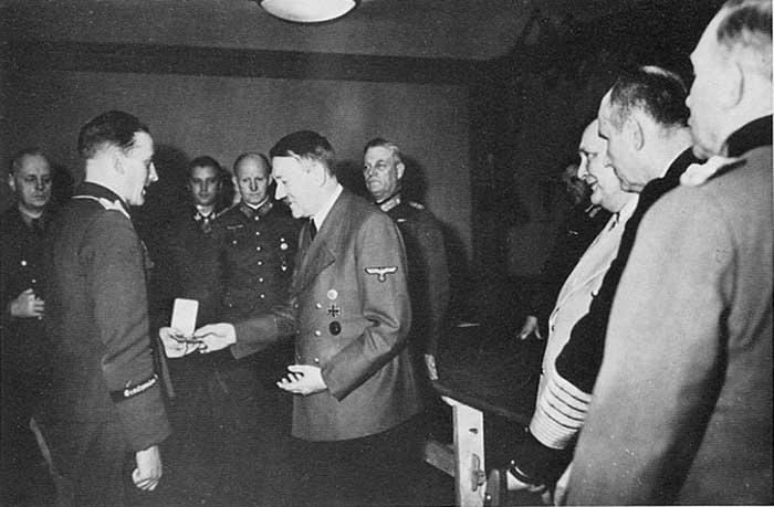 Han-Ulrich Rudel menerima penghargaan dari Hitler