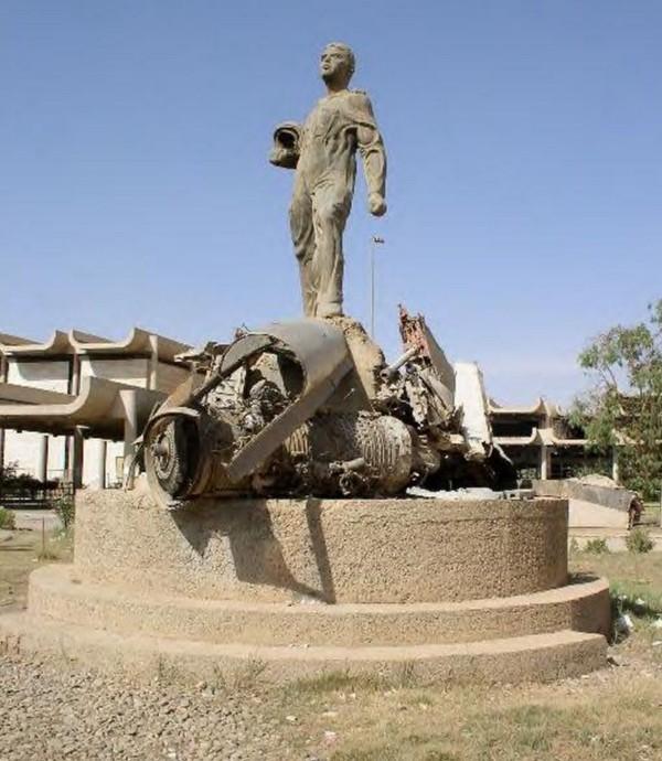 Mengingat tindakan pengorbanan Abdullah Lau'aybi, Saddam Hussein memerintahkan patungnya didirikan di depan Angkatan Udara HQ di Kabupaten Karada Baghdad pada tahun 1993. Patung ini ini telah dihapus dan dihancurkan pada tahun 2011 atau 2012. Koleksi foto Ali Tobchi