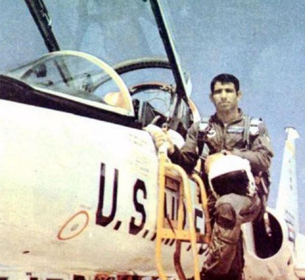 Mustafa Ardestani - pilot F-5E Iran yang paling terkenal dari perang dengan Irak terlihat di depan jet pelatihan T-38 di Amerika Serikat pada pertengahan 1970-an. Koleksi foto Tom Cooper