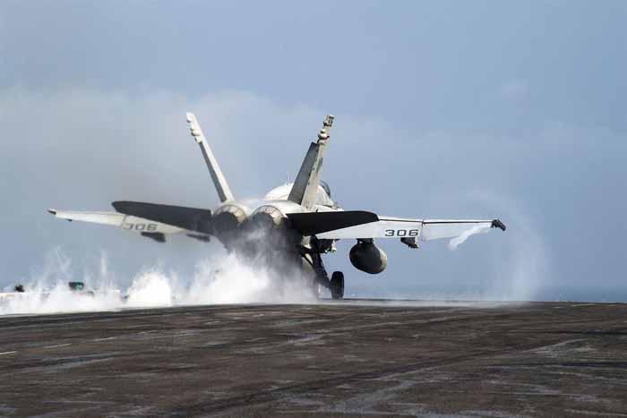 Sebuah F / A-18C Hornet lepas landas dari dek penerbangan kapal induk USS Dwight D. Eisenhower di Teluk Persia, 24 November 2016 untuk melakukan misi serangan ke ISIS/ Navy photo by Petty Officer 3rd Class Nathan T. Beard