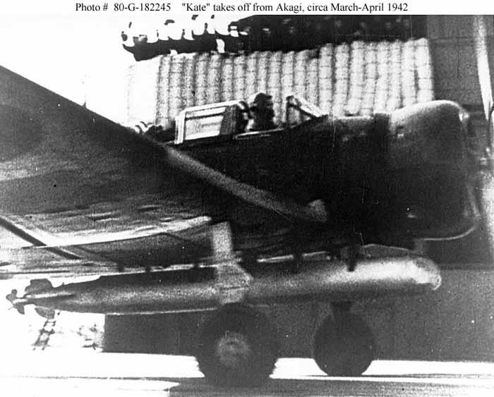 Dive bomber Kate Jepang membawa torpedo