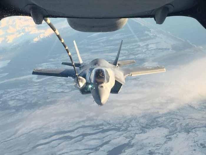 F-35B VMFA-121 melakukan pengisian bahan bakar di udara saat terbang dari Korps Marinir Air Station Yuma, Arizona ke Iwakuni Jepang pada 9 Januari 2017