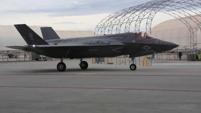 F-35B VMFA-121 bersiap berangkat dari Korps Marinir Air Station Yuma, Arizona ke Iwakuni Jepang pada 9 Januari 2017